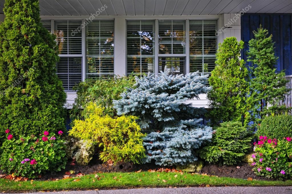 ... домом — Стоковое фото © elenathewise #16628353: ru.depositphotos.com/16628353/stock-photo-garden-in-front-of-house...