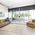 nowoczesny pokój dzienny i balkon — Zdjęcie stockowe