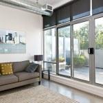 moderna sala de estar y balcón — Foto de Stock