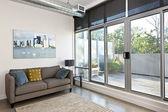 Moderní obývací pokoj a balkon — Stock fotografie