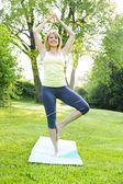 женщина в позе йоги дерево — Стоковое фото