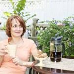 Woman relaxing in backyard — Stock Photo