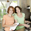 Two women doing dishes in kitchen — Stock Photo