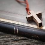 Cross on Bible — Stock Photo