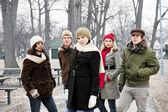 Gruppo di giovani amici fuori in inverno — Foto Stock
