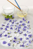 Making candied violets — 图库照片