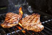 Biftek ızgara üzerinde — Stok fotoğraf