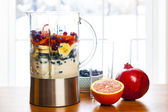 Preparing smoothies with fruit and yogurt — Stock Photo