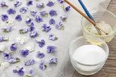 Making candied violets — Stock Photo