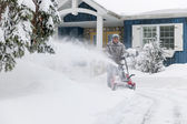 Man using snowblower — 图库照片