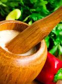 Mortaio aglio con salsa — Foto Stock