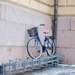 Foto Stock: Bike left above bike rack