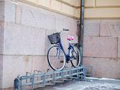 Bicicleta acima um bicicletário — Fotografia Stock