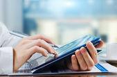 Business-frau, die arbeitet mit einem digitalen grafiktablett — Stockfoto