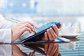 Femme d'affaires travaillant avec une tablette numérique — Photo