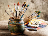 Pinturas y pinceles — Foto de Stock