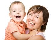 Mutlu bir anne oğlunun sarılma portresi — Stok fotoğraf