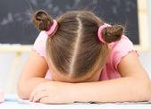 маленькая девочка спит на ее написание книги — Стоковое фото