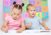 дети пишут в своих книгах — Стоковое фото