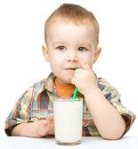 Milý chlapeček s sklenici mléka — Stock fotografie
