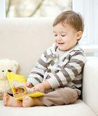小男孩正在读的书 — 图库照片