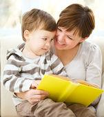 мать читает книгу для своего сына — Стоковое фото