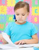 Lilla flickan är att skriva med en penna — Stockfoto