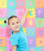 Little girl is pointing at letter B — Stock Photo