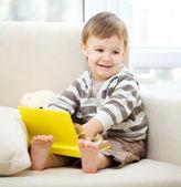 Liten pojke läser bok — Stockfoto