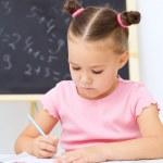 holčička je psát pomocí pera — Stock fotografie #18869559