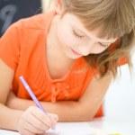 menina é escrever usando uma caneta — Foto Stock