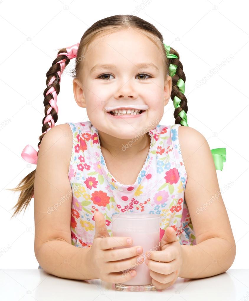 可爱小女孩显示牛奶的小胡子白上孤立– 图库图片
