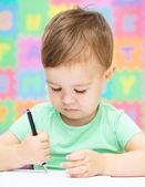 Petit garçon est écrit sur son cahier — Photo