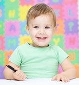 Niño está escribiendo en su cuaderno — Foto de Stock