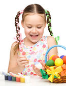 Lilla flickan är målning ägg förbereder för påsk — Stockfoto