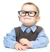 Retrato de un niño lindo con gafas — Foto de Stock