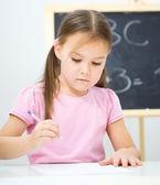 Bambina sta scrivendo con un pennarello — Foto Stock