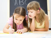 μικρά κορίτσια γράφουν χρησιμοποιώντας ένα στυλό — Φωτογραφία Αρχείου