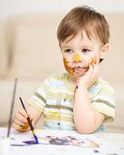 Kleiner junge spielt mit farben — Stockfoto