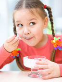 Little girl is eating ice-cream in parlor — Stock Photo