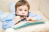 Bambino con libro — Foto Stock