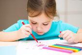 Keçeli kalem kullanarak çizim şirin çocuk — Stok fotoğraf