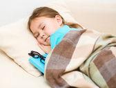 Dziewczyna śpi z jej książki i okulary — Zdjęcie stockowe