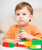 мальчик играет с строительные блоки — Стоковое фото