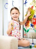 Porträt von einem netten mädchen spielen mit farben — Stockfoto