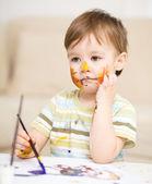 Garotinho está brincando com tintas — Foto Stock