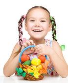 Menina com cesta cheia de ovos coloridos — Foto Stock