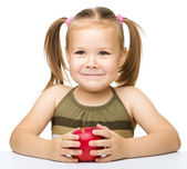Little girl with red apple — Stockfoto