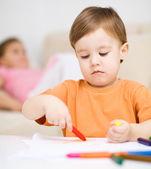 小男孩在白色纸上绘图 — 图库照片