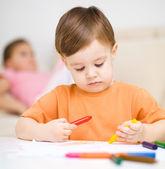 Kleine jongen loopt op wit papier — Stockfoto